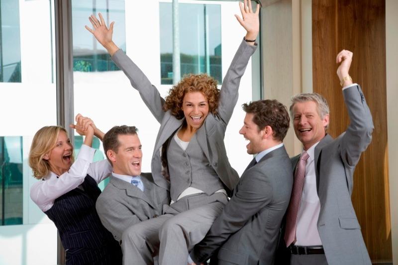 Женщину в сером костюме подняли двое коллег